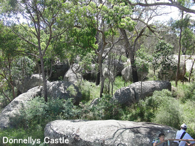 Donnellys Castleという名前の大きな岩がごろごろしている場所