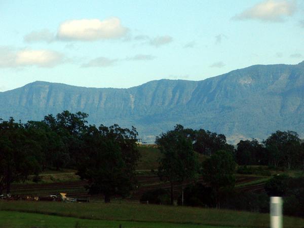 目の前に壁のように現れた山脈、多分昔の噴火加工跡