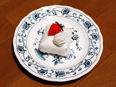 フェルトで作ったケーキのピンクッション