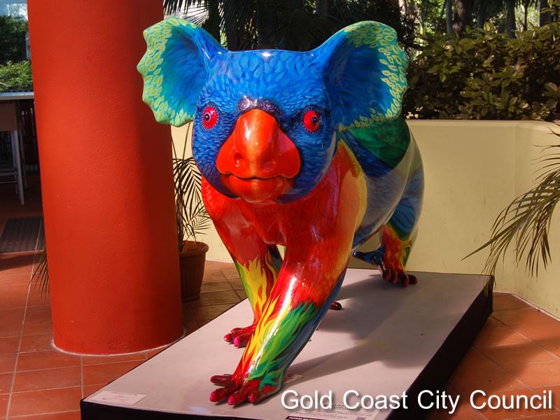 ゴシキセイガイインコの色に塗られたコアラ