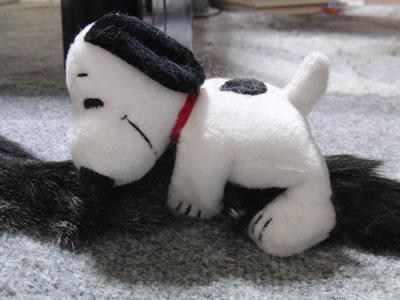 尻尾にしがみつくスヌーピーの人形