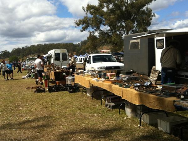 自動車部品、大工道具、家具、園芸用品など何でも売っている