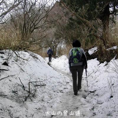 まだ雪が残る登山道