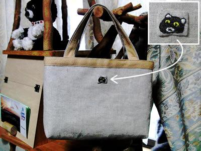 予定した大きさに作れず、結局クマにゃんの顔の刺繍だけバッグに縫いつけました