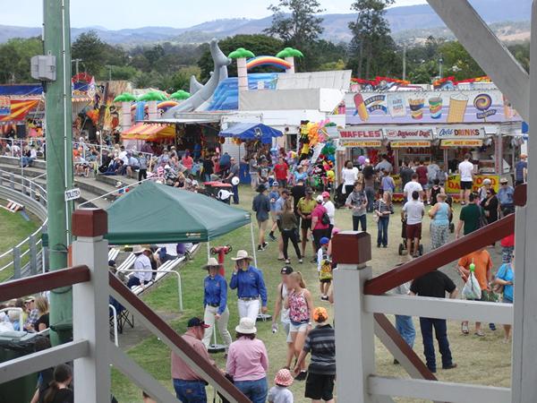遊園地やゲームコーナーは大勢の人でごった返してた