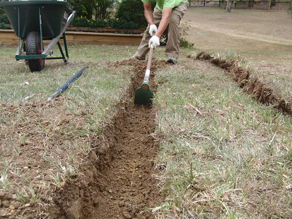水道からひくパイプを埋める溝